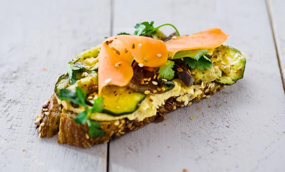 Hummus, Antipasti-Gemüse, Koriander, Salz & Pfeffer