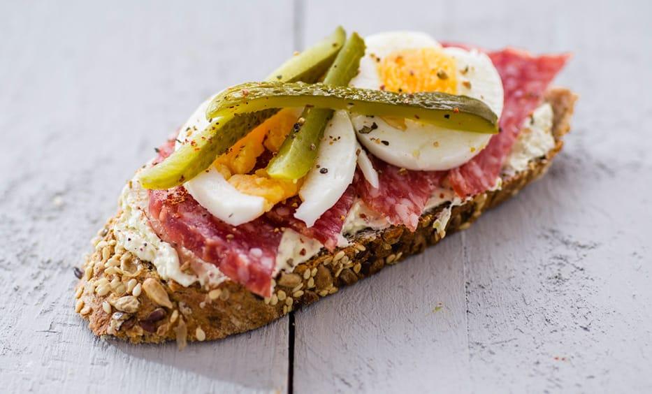 Senfcreme, Herrmansdorfer Salami, Essiggurke, Salz & Pfeffer