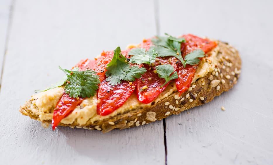 Hummus, Antipasti-Paprika, Koriander, Salz & Pfeffer