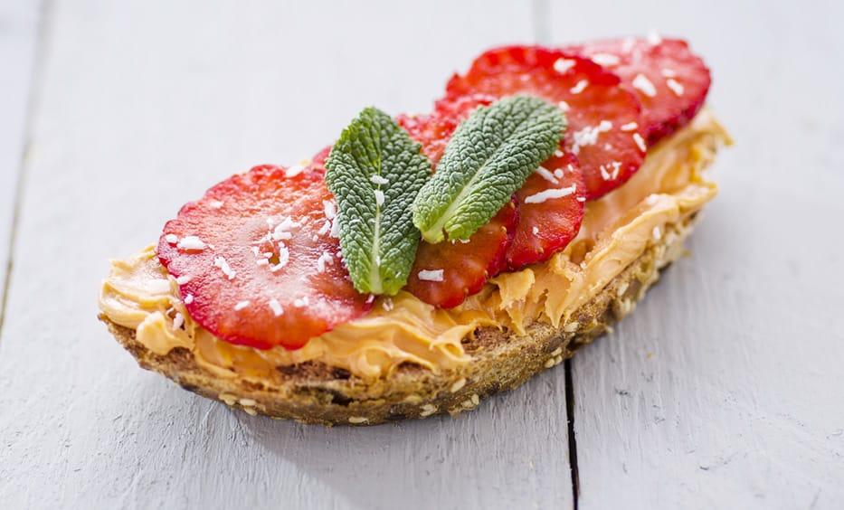 Erdnusscreme, Erdbeere, Minze, Kokosraspeln