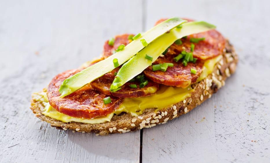 Senfcreme, Chorizo, Avocado, Schnittlauch, Salz & Pfeffer