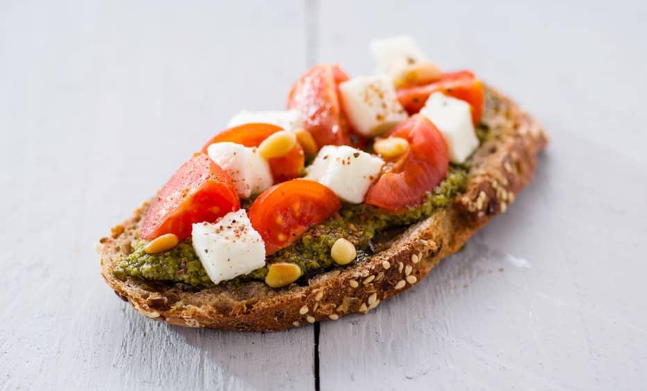 Kräuter-Pesto, Tomate, Mozzarella, geröstete Pinienkerne, Salz & Pfeffer
