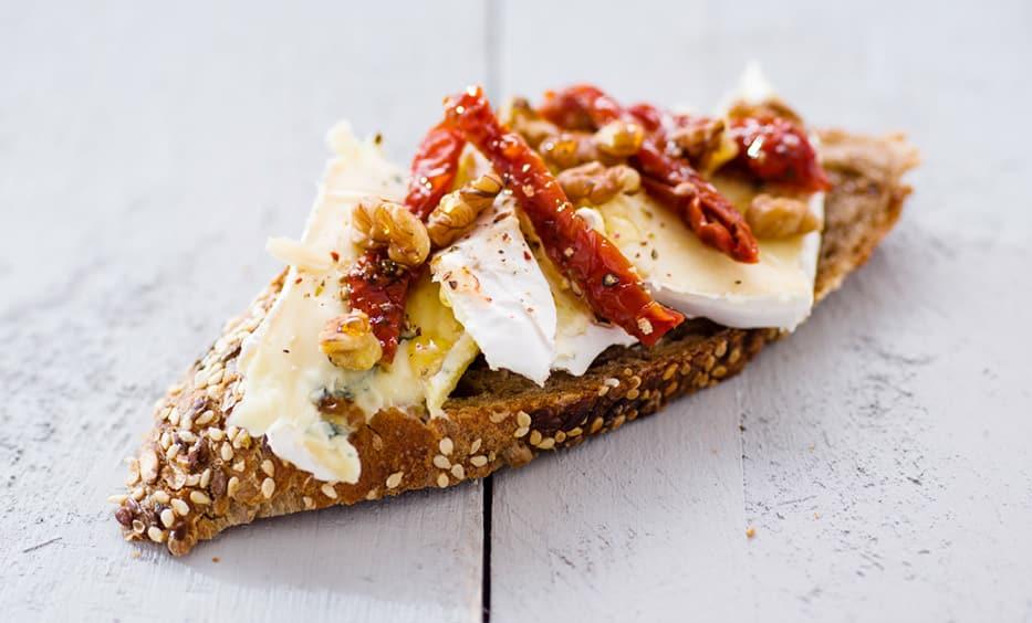 Gorgonzola, getrocknete Tomate, Honig, Walnüsse, Pfeffer