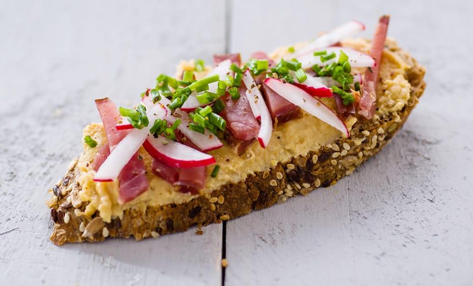 Hummus, geräucherter Schinken, Radieserl, Schnittlauch, Salz & Pfeffer