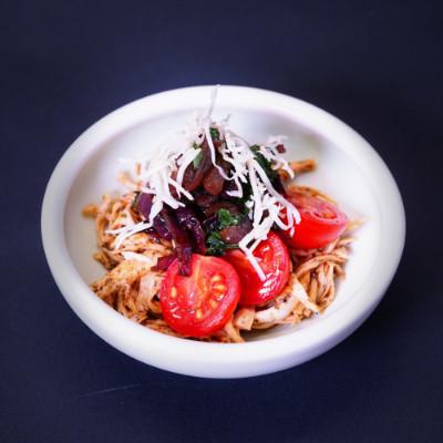 Türkische Fleischröllchen im Minzdip