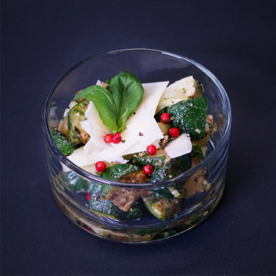 Tomaten-Quinoa-Salat mit roten Zwiebeln und Koriander